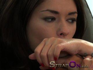 स्ट्रैपआन तंग यूरोपीय सुंदर प्राकृतिक लैटिना समलैंगिक द्वारा गड़बड़ महिला