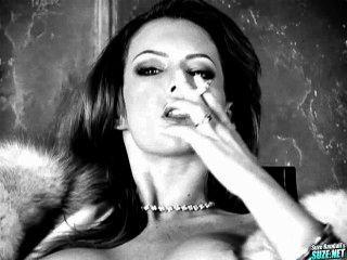 जेना प्रेस्ली धूम्रपान बुत