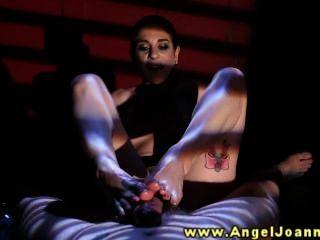 एंजेल जोआना उसे उसके पैरों के साथ wanks