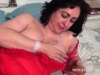 परिपक्व कुदाल बिस्तर में एक dildo चाट
