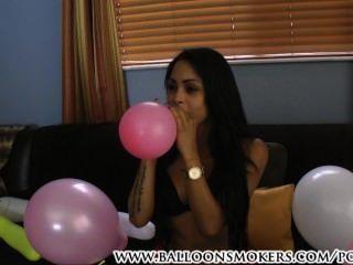 लैटिना चल रही है गुब्बारा बुत पॉप करने के लिए