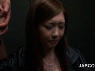 चौंकाने वाली जापानी सौंदर्य मौखिक रूप से मनभावन दो सींग का लंड