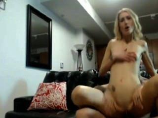 घर पर सुनहरे बालों वाली लड़की गुदा मैथुन