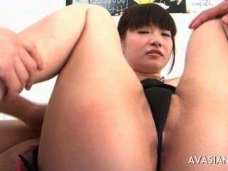 एशियाई कुतिया उसके बालों बिल्ली खुली फैलता