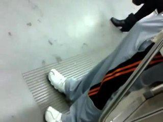 मेट्रो ट्रेन पर भारी चोट के साथ पुरुष