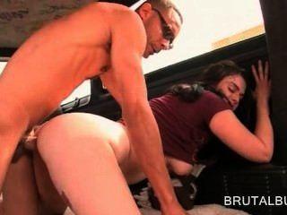 गंदा शौकिया लड़की slutty हो जाता है और बस में कट्टर सेक्स