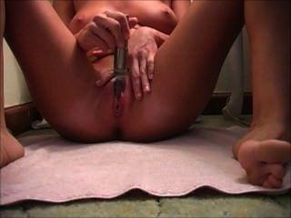 एकल संभोग सुख एक थरथानेवाला के साथ masturbatin जबकि