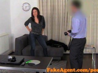 FakeAgent कामुक फ्रेंच मालकिन गुदा प्यार करता है