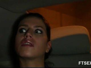 श्यामला बेब एक टैक्सी में उसके पति पर धोखा देती है