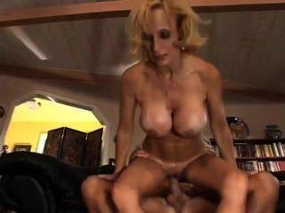 एरिका Lockett उसके बड़े स्तन बाहर ले जाता है और fucks स्कॉट लियोन्स