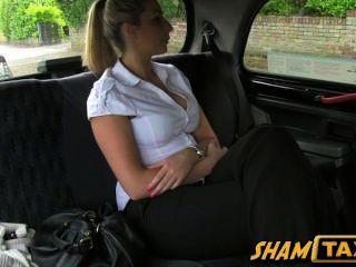 महिला टैक्सी ड्राइवर द्वारा की फट और उसके योनी के साथ भुगतान करना पड़ता है!
