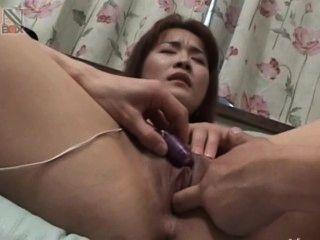 उसके छोटे एशियाई गुदा योनि में खिलौने