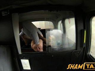 गोरा milf टैक्सी की सवारी के दौरान सह में शामिल उसके बालों बिल्ली हो जाता है