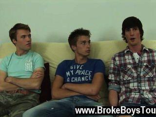 समलैंगिक XXX इसे बदलने अप, वे वापस नीचे futon पर, एस्टन में बैठे