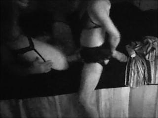 क्रॉस ड्रेसिंग पति विशाल strapon के साथ पत्नी द्वारा गड़बड़ हो जाता है