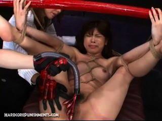 बांस के पोल से बंधा जापानी सेक्स गुलाम और मशीनों के साथ गड़बड़ कठिन