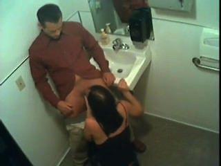 स्टेसी बाथरूम में सिर देता है