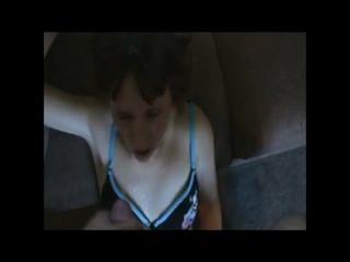 प्यारा छोटे बालों वाली लड़की, चेहरे पर एक अखरोट ले रही है।