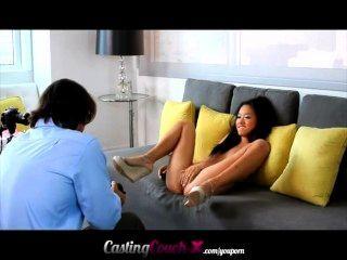 सुंदर खूबसूरत एशियाई पता चलता है वह एक कास्टिंग सोफे पर क्या कर सकते हैं।