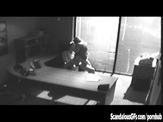 कार्यालय साक्षात्कार सीसीटीवी पर पकड़ लिया और लीक हो जाता है