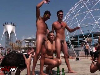 गोरा दो नग्न लोगों के साथ नग्न नृत्य