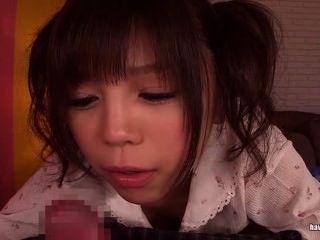 pigtails में एशियाई प्यारा एक handjob देता है