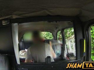 एक टैक्सी कार के पीछे में गड़बड़ बड़े स्तन के साथ रेड इंडियन हॉट बेब