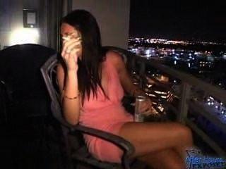 Raquel धूम्रपान करता है पर बालकनी तो बेकार