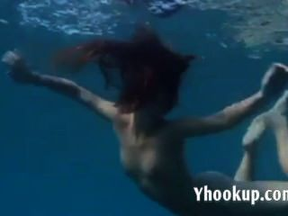 जूलिया समुद्र में पानी के नीचे नंगा तैर रही है