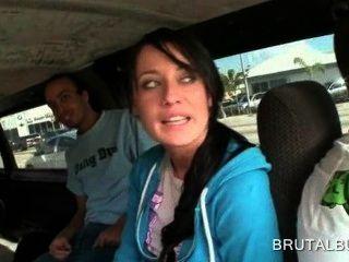 शानदार श्यामला लड़की बस में यौन संबंध रखने में बात की