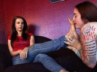 w / अन्य लड़कियों से छेड़खानी की सजा के लिए मेरे पैरों की पूजा