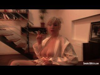 सफेद बागे धूम्रपान में गोरा