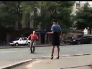 सेक्सी पुलिस महिला को सार्वजनिक रूप से उसकी स्कर्ट खो दिया