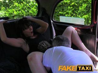 FakeTaxi विवाहित महिला का प्रयास अतिरिक्त मुर्गा