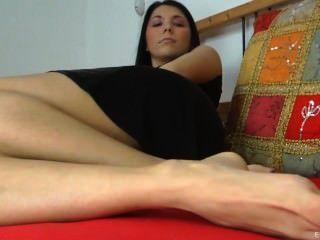 महिला एक पत्रिका पढ़ता है और पैरों के साथ आप teases