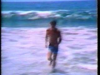 समुद्र तट पर लड़का