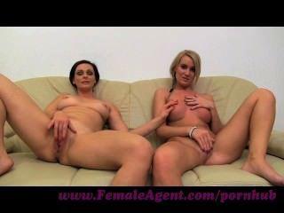 महिला एजेंट।एमआईएलए सोफे पर भाग्यशाली लड़कियों के साथ masturbates