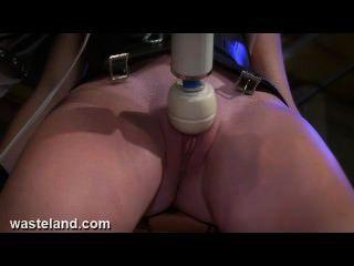बीडीएसएम मशीन, बिजली और दर्द के साथ सेक्स गुलाम बिल्ली परेशान