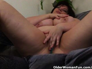 बड़े स्तन के साथ परिपक्व बीबीडब्ल्यू थरथानेवाला के साथ masturbates