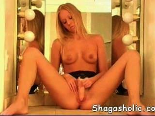 ग्लैमर लड़की खुद को आनंददायक - Shagasholic