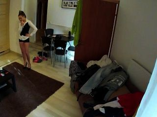 गर्म श्यामला नौकरानी होटल के कमरे में गड़बड़