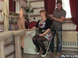 अपनी पत्नी को छोड़ देता है और वह उसे गर्म माँ बैंग्स