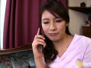 सुंदर लंबा एशियाई औरत बहुत सींग का बना है