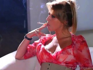 युवा लड़की धूम्रपान