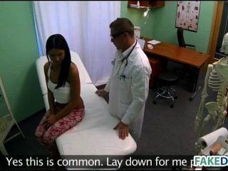 किशोर नकली अस्पताल में बढ़ा हो जाता है