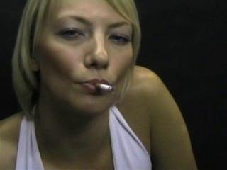 अद्भुत धूम्रपान बुत गोरा!