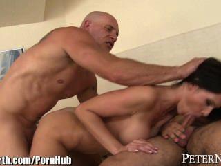 पीटर नॉर्थ बड़े स्तन MILF 2 पुरुषों द्वारा गड़बड़