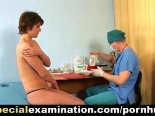 शर्मीली जवान औरत के लिए विशेष चिकित्सा परीक्षा