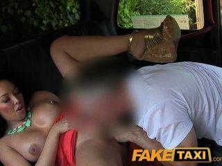 महान स्तन के साथ FakeTaxi गधा blowjob चाट सौंदर्य