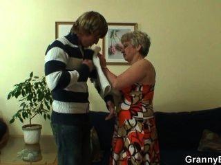 अकेला दादी एक पूरी तरह से अजनबी से खराब हो जाता है